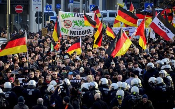 Người dân Đức biểu tình phản đối việc chính phủ nước này tiếp nhận số lượng lớn người tị nạn. (Nguồn: Al Jazeera)
