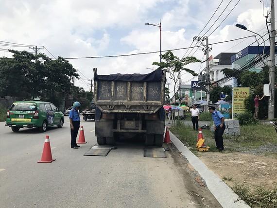 Xe tải trọng lớn vừa đi vào giờ cấm, đường cấm vừa chở quá tải