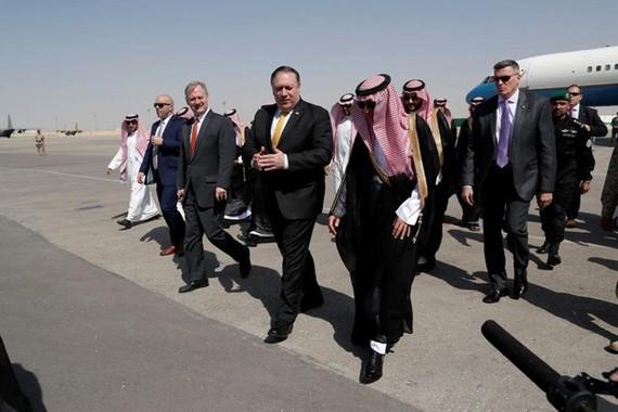 Ngoại trưởng Mỹ Mike Pompeo và người đồng cấp Saudi Arabia Adel al-Jubeir ngay sau khi ông Pompeo đặt chân xuống Riyadh. Ảnh: Reuters.