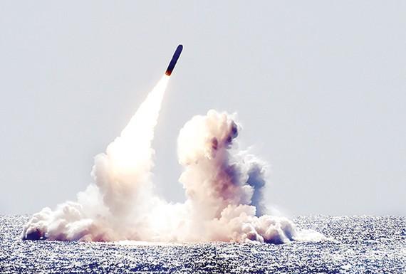 Hải quân Mỹ phóng thử tên lửa Trident II D5 ở California