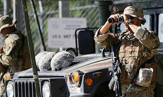 Binh sĩ Vệ binh Quốc gia Mỹ theo dõi khu vực biên giới Mỹ - Mexico tại trạm gác. Ảnh: Reuters