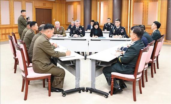 Toàn cảnh Hội nghị ba bên đầu tiên giữa đại diện hai miền Triều Tiên và Bộ Tư lệnh Liên hợp quốc (UNC) ở làng đình chiến Panmunjom. Ảnh: YONHAP/TTXVN