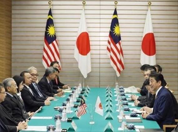 Thủ tướng Nhật Bản Shinzo Abe (phải) và Thủ tướng Malaysia Mahathir Mohamad (thứ 2, trái) trong cuộc hội đàm tại Tokyo ngày 6/11/2018. Ảnh: Kyodo/TTXVN