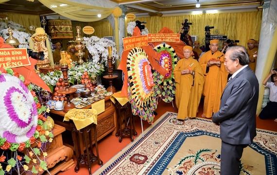 Phó Thủ tướng Thường trực Trương Hòa Bình đến viếng Trưởng lão Hòa thượng Thích Hiển Pháp