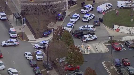 Xe cảnh sát tại hiện trường vụ xả súng ở Chicago. Ảnh: CNN