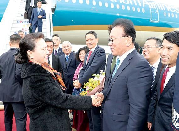 Tổng Lãnh sự danh dự Việt Nam tại khu vực Busan - Gyeongnam Park Soo-kwan cùng các quan chức Hàn Quốc đón Chủ tịch Quốc hội Nguyễn Thị Kim Ngân              Ảnh: TTXVN