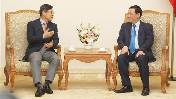 Phó Thủ tướng Vương Đình Huệ tiếp Tổng Giám đốc Tổ hợp Samsung Việt Nam Shim Wonhwan. Ảnh: TTXVN