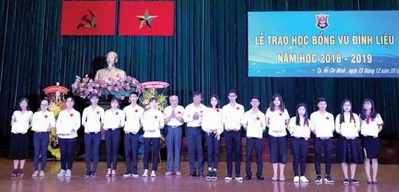 Trao tặng hơn 200 suất học bổng Vũ Đình Liệu