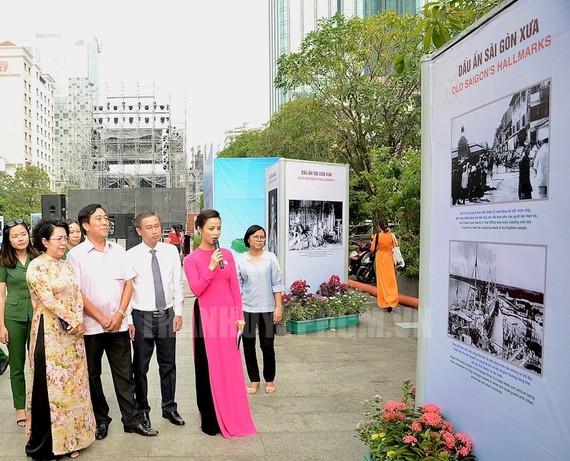 Các đại biểu tham quan triển lãm. Ảnh: THANHUYTPHCM. VN