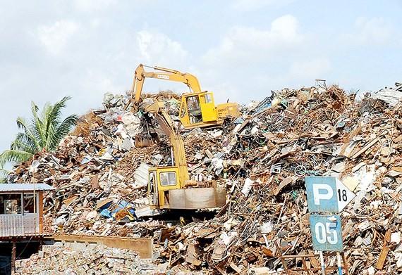 Thép phế liệu chờ tái chế tại một bãi chứa Ảnh: THÀNH TRÍ