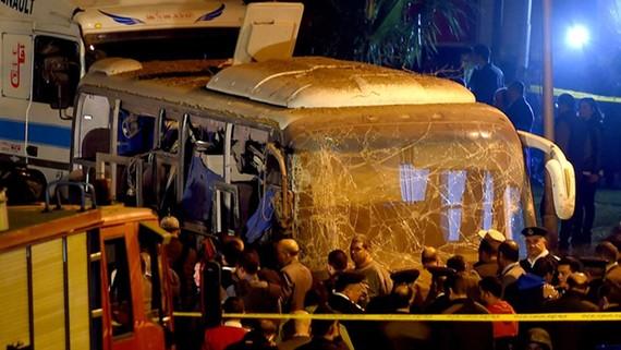 Các sĩ quan cảnh sát kiểm tra hiện trường vụ nổ xe buýt ở Giza, Ai Cập, ngày 28-12. Ảnh: Reuters