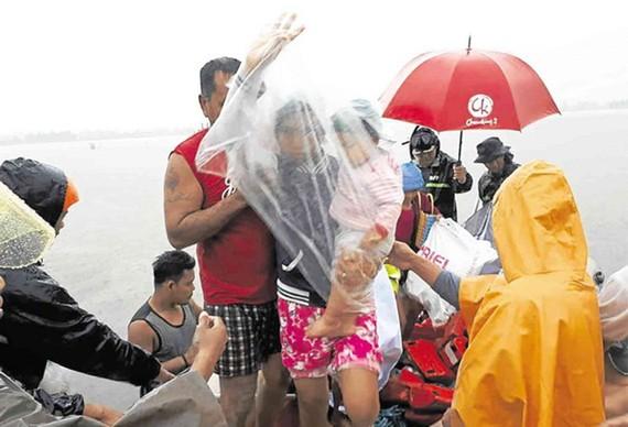 Sơ tán người dân khỏi vùng nguy hiểm. (Nguồn: inquirer.net)