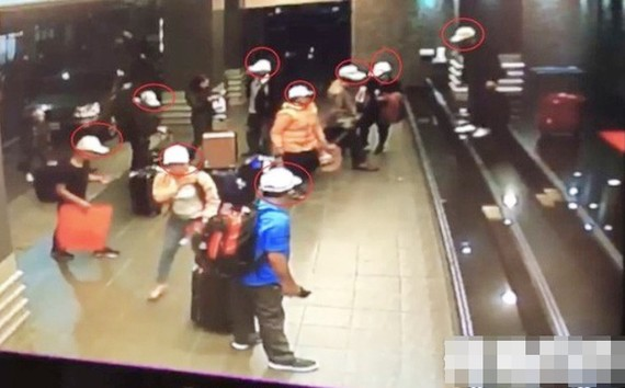 Nhóm khách bỏ trốn tại Đài Loan. Ảnh: Apple Daily