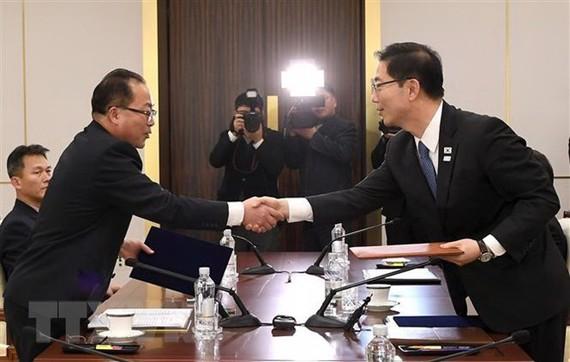 Thứ trưởng Thống nhất Hàn Quốc Chun Hae-Sung (phải) trong một cuộc gặp người đồng cấp Triều Tiên. Ảnh: TTXVN