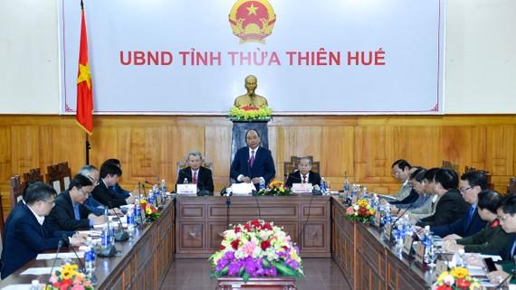 Thủ tướng Chính phủ Nguyễn Xuân Phúc cùng đoàn công tác trung ương làm việc với lãnh đạo tỉnh Thừa Thiên - Huế. Ảnh: VGP