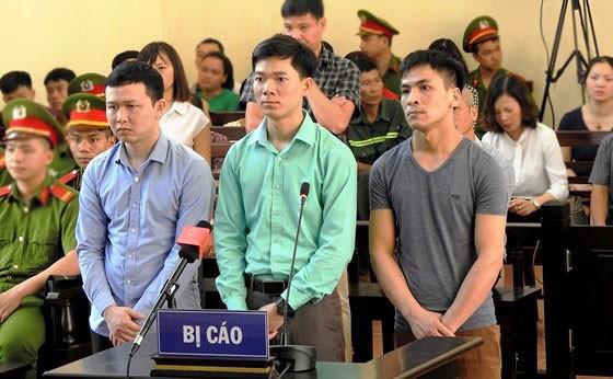 Bác sĩ Hoàng Công Lương (giữa) trong một phiên tòa