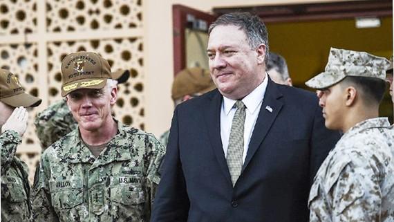 Ngoại trưởng Mỹ Mike Pompeo (giữa) thăm Trung tâm Chỉ huy Lực lượng Hải quân Hoa Kỳ tại Manama, Bahrain, ngày 11/1. Ảnh: AP