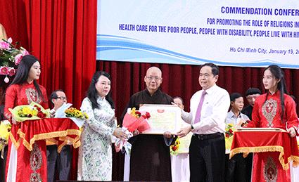 Chủ tịch UBTƯ MTTQ Việt Nam Trần Thanh Mẫn và Bộ trưởng Bộ Y tế Nguyễn Thị Kim Tiến trao bằng khen cho 20 tập thể có thành tích trong lĩnh vực tham gia chăm sóc sức khỏe; khám, chữa bệnh cho người nghèo, người tàn tật, người nhiễm HIV/AIDS, bệnh nhân phon