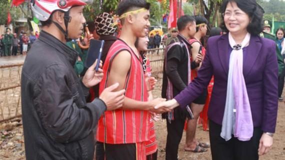 Phó Chủ tịch nước bắt tay hỏi thăm người dân xã A Ngo, huyện Đakrông.. Nguồn VOV