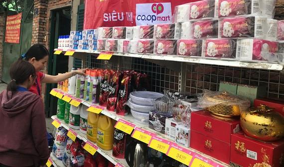 UBND quận Tân Phú mở điểm bán hàng BOTT  để công nhân thuận tiện mua sắm