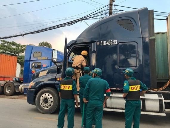 Lực lương chức năng kiểm tra tài xế, phụ xe container