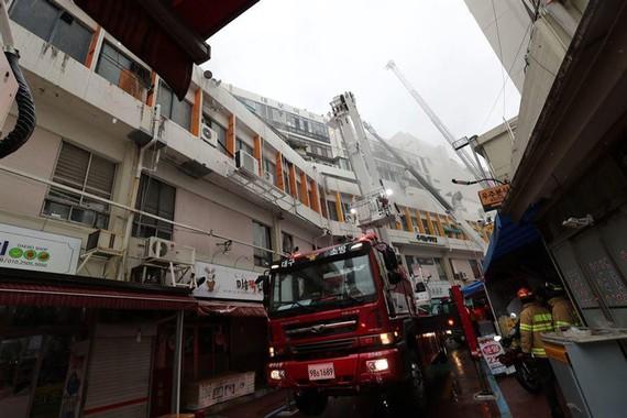 Lính cứu hỏa nỗ lực dập lửa tại vụ cháy. Ảnh: Yonhap