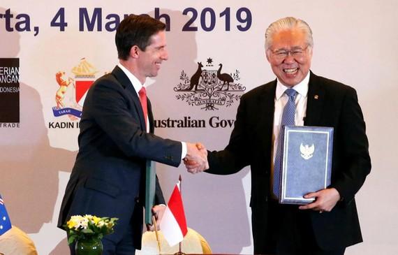 Bộ trưởng Thương mại Indonesia Enggartiasto Lukita (phải) và người đồng cấp Australia Simon Birmingham. (Nguồn: Reuters)