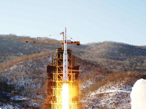 Tên lửa Unha-3 của Triều Tiên rời bệ phóng ở bãi thử tên lửa Dongchang-ri vào năm 2012