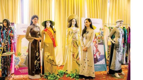 Trưng bày áo dài Huế bên lề Hội thảo khoa học phát huy giá trị văn hóa Huế trong xây dựng thương hiệu áo dài Huế