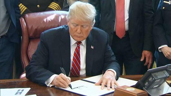 Tổng thống Trump lần đầu dùng quyền phủ quyết vào ngày 15-3. Ảnh: CNN