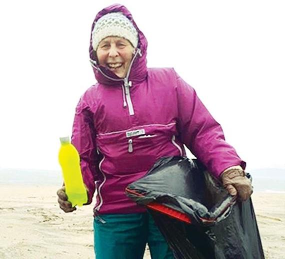 70 tuổi dọn rác 52 bãi biển