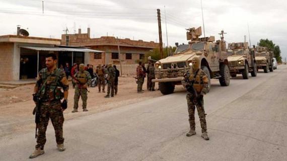 Lực lượng vũ trang Dân chủ Syria do Mỹ hậu thuẫn tuần tra tại khu vực làng Baghouz. (Ảnh: Dailytimes)