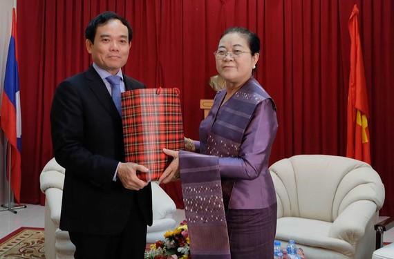 Đồng chí Trần Lưu Quang, Phó Bí thư Thường trực Thành ủy TPHCM, thăm và chúc Tết Cổ truyền Bunpimay tại Tổng Lãnh sự quán Lào tại TPHCM