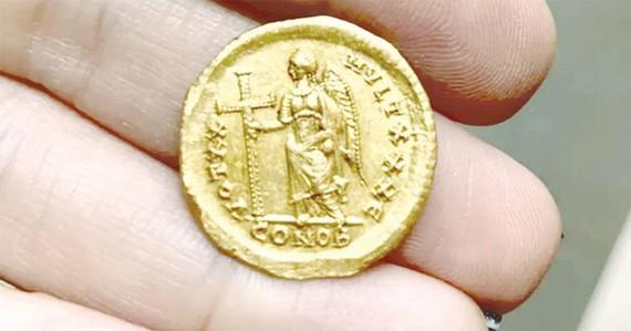 Phát hiện đồng tiền vàng 1.600 năm tuổi