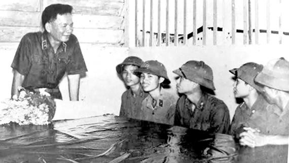 Đồng chí Lê Đức Anh - Tư lệnh Quân khu 9, thăm và động viên các chiến sĩ của tiểu đoàn tăng thiết giáp, Quân khu 9, tháng 5-1976