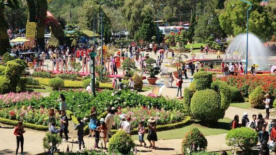 Du khách tham quan Vườn hoa TP Đà Lạt