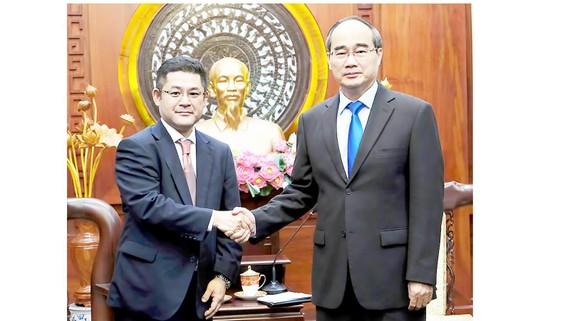 Bí thư Thành ủy TPHCM Nguyễn Thiện Nhân tiếp ông Hirofumi Otsuka     Ảnh: VIỆT DŨNG