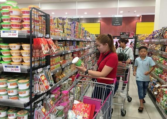 Mua hàng Việt tại Trung tâm thương mại Aeon  Ảnh: CAO THĂNG