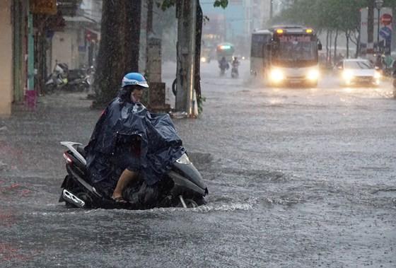 Mưa lớn diện rộng, cảnh báo lốc, sét, mưa đá