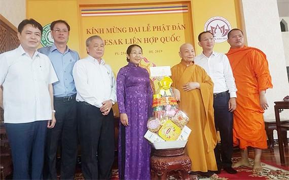 Đồng chí Võ Thị Dung, Phó Bí thư Thành ủy TPHCM thăm, chúc mừng Hòa thượng Thích Thiện Nhơn, Chủ tịch Hội đồng Trị sự Giáo hội Phật giáo Việt Nam. Ảnh: VOH
