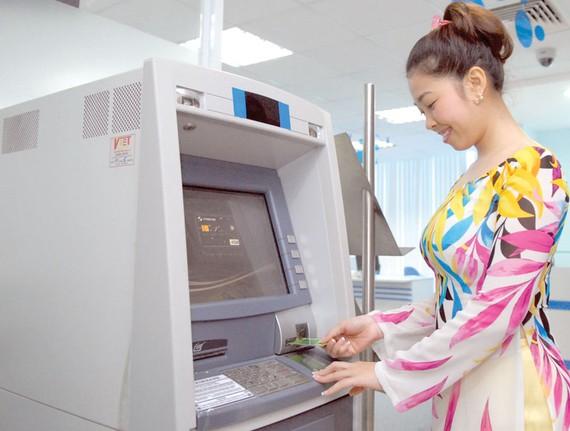Sử dụng thẻ ATM Ảnh: THÀNH TRÍ