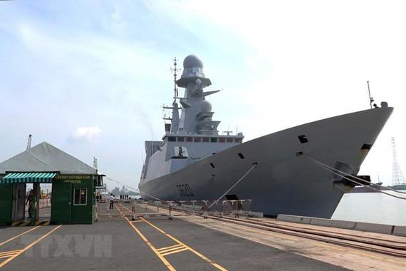 Tàu hộ tống phòng không Forbin thuộc Lực lượng Hải quân Pháp cập cảng Sài Gòn-Hiệp Phước. (Ảnh: TTXVN)