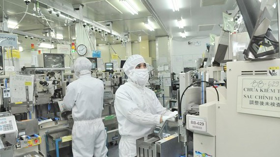 Sản xuất linh kiện điện tử xuất khẩu tại một doanh nghiệp ở Việt Nam. Ảnh: CAO THĂNG