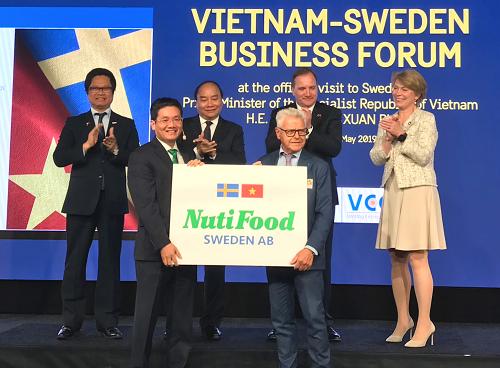 Đại diện NutiFood và Backhahill tuyên bố vận hành nhà máy sữa với sự chứng kiến của lãnh đạo hai nước Việt Nam và Thụy Điển.     ẢNH: vnexpress.net