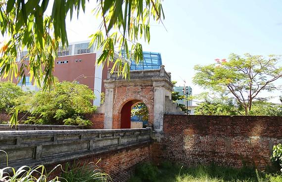 Một góc di tích Thành Điện Hải nằm giữa trung tâm TP Đà Nẵng