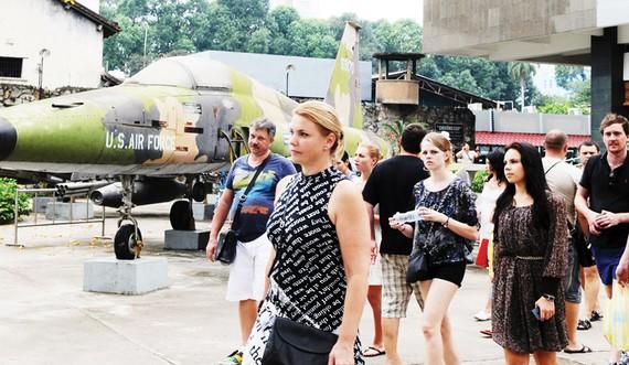 Du khách quốc tế tham quan Bảo tàng Chứng tích chiến tranh tại TPHCM. Ảnh: CAO THĂNG