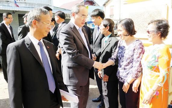 Đồng chí Nguyễn Thiện Nhân cùng đoàn đại biểu cấp cao TPHCM thăm và nói chuyện tại Hội người Việt Nam tại Savannakhet (Lào)