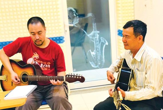 Buổi học đàn guitar phím lõm của Junichi với NSƯT - thạc sĩ Huỳnh Khải