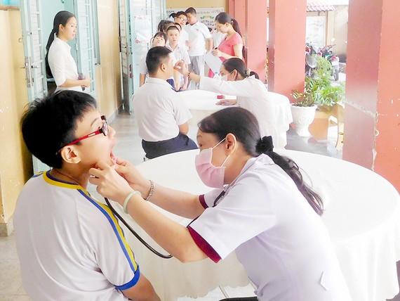 Trường học cần thực hiện tốt công tác chăm sóc y tế cho học sinh