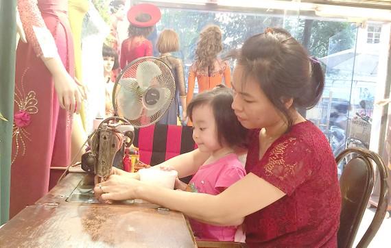 Con gái anh Vinh (chủ nhà may Thiết Lập) dù mới 3 tuổi nhưng đã có sự thích thú rõ rệt với chiếc máy may